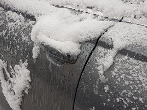 Auton lukot jäässä